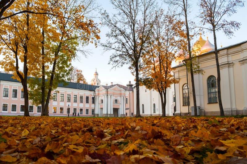 Veliky Novgorod, Russia - la torre di orologio e la cattedrale della st Sophia in Cremlino parcheggiano Vista di autunno di Velik immagini stock