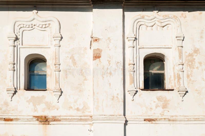 Veliky Novgorod, Russia Windows con gli arch? e lo stucco Cattedrale di resurrezione del monastero di Derevyanitsky immagine stock