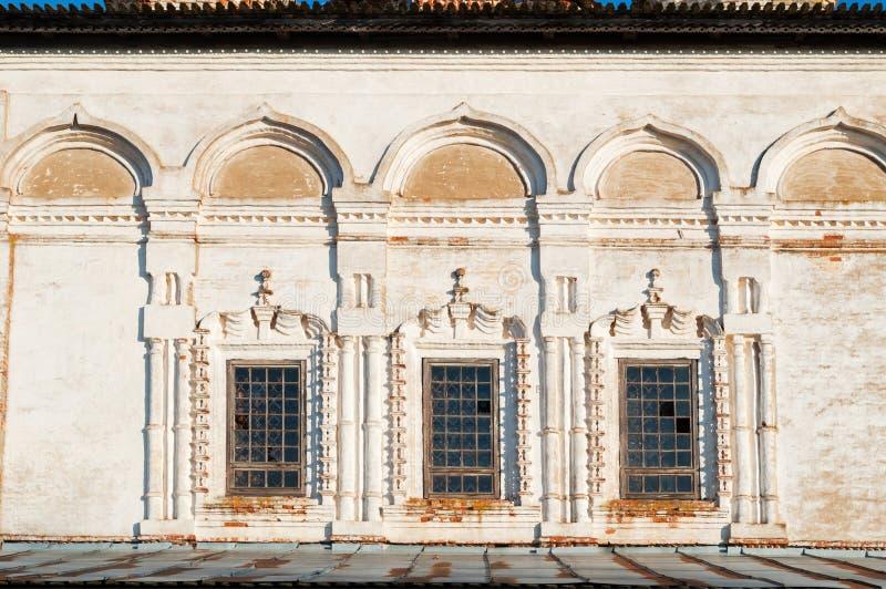 Veliky Novgorod, Russia Windows ha decorato con gli arch? e lo stucco Cattedrale di resurrezione del monastero di Derevyanitsky immagine stock