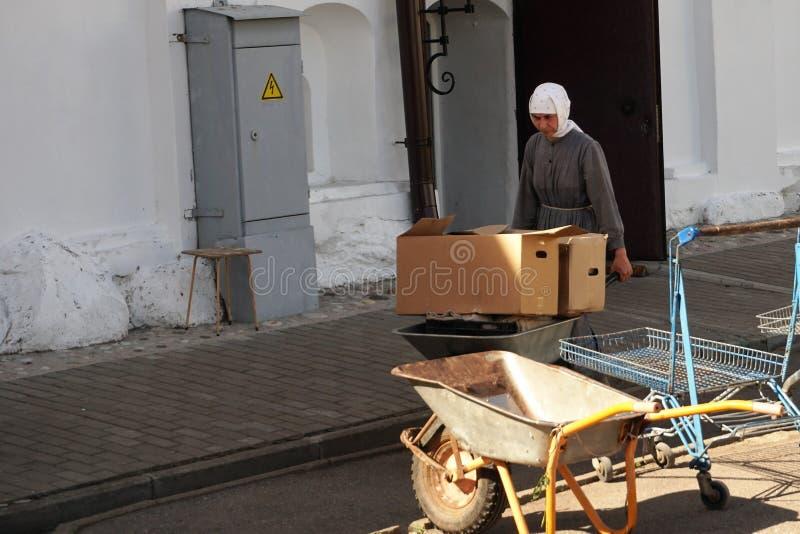 Veliky Novgorod, Russie, mai 2018 Une nonne travaillant dans un monastère orthodoxe femelle photographie stock