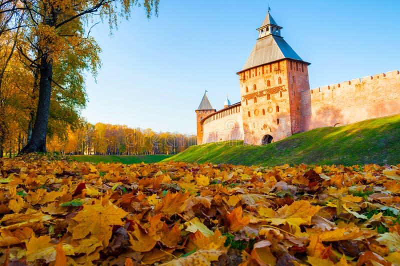 Veliky Novgorod, Russland T?rme von Veliky Novgorod der Kreml und Herbstgasse vom Kreml parken am sonnigen Tag lizenzfreie stockfotos