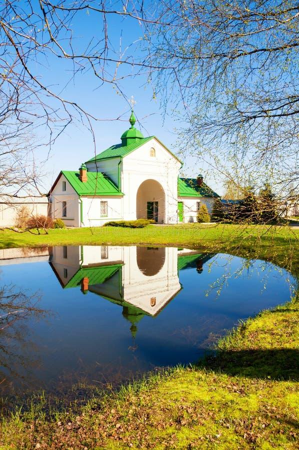 Veliky Novgorod, Ryssland - de heliga portarna av den stauropegic kloster för St Nicholas Vyazhischsky i Veliky Novgorod Rysslan royaltyfria foton