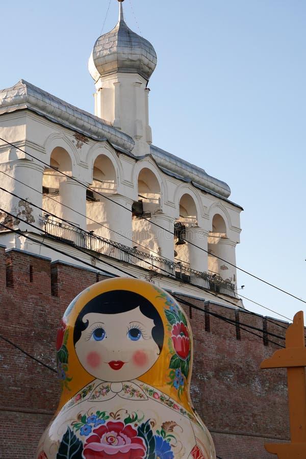 Veliky Novgorod, Ryssland, Maj 2018 Traditionell rysk träbygga bodocka på bakgrunden av fästningväggen och klockatowen arkivfoton