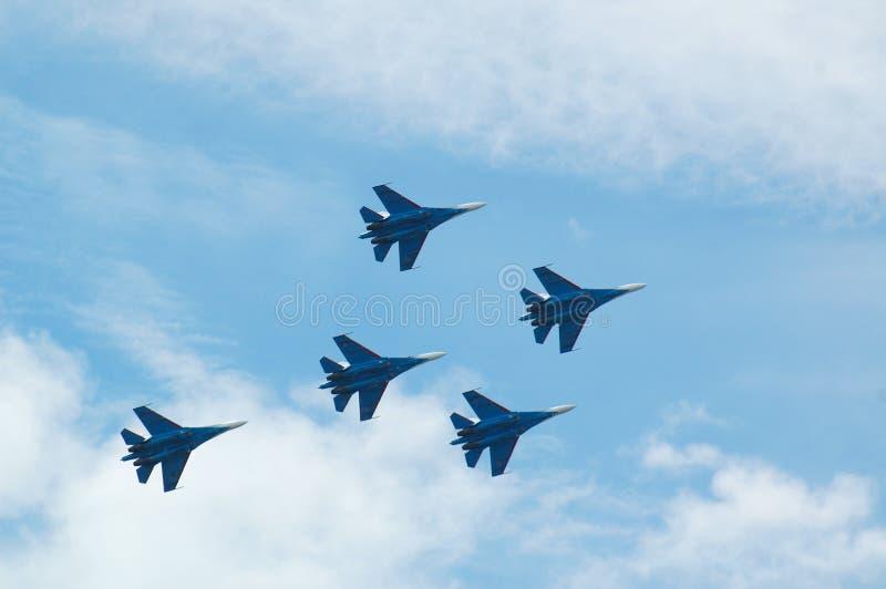 Velivoli di caccia di jet di Sukhoi Su-37 nel cielo blu fotografia stock