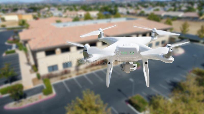 Velivolo Di Quadcopter Del Sistema Aereo Senza Equipaggio Nell'Aria Vicino All'Edificio Industriale Aziendale fotografia stock