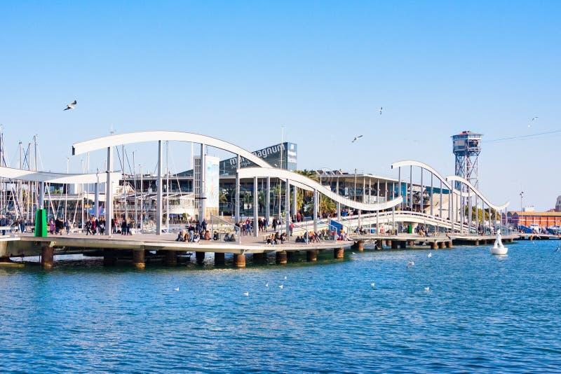 Vell portu?rio em Barcelona com centro de Maremagnum e a torre comerciais do telef?rico, Espanha imagens de stock