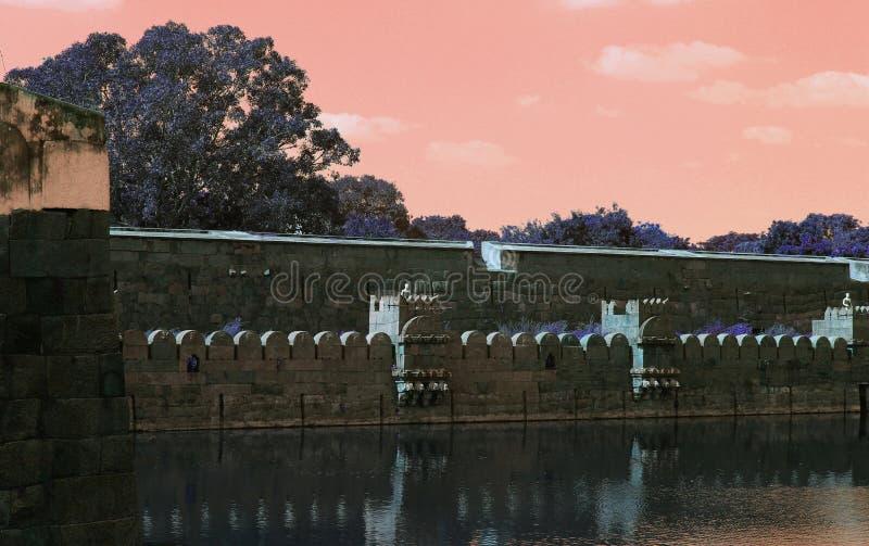 Vellore-Fort-dekorative Steinwandreflexion im Großen Graben lizenzfreies stockbild