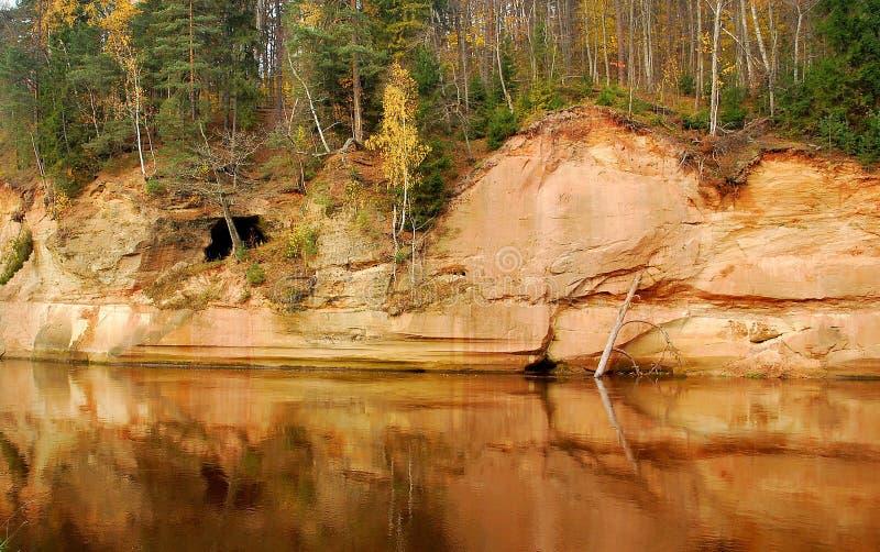 Velnala - devil& x27; cueva de s Gauja latvia foto de archivo