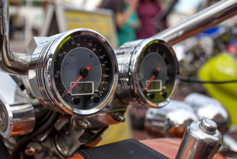Velocímetro cromado do close up retro da motocicleta do projeto clássico foto de stock royalty free