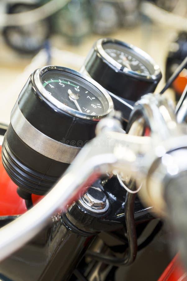 Velocímetro de la moto, tacómetro Velocímetro de la motocicleta en una bici de la dirección Panel de control de la motocicleta co fotos de archivo libres de regalías
