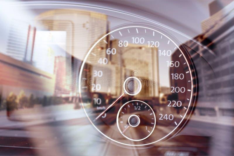 Velocímetro moderno do carro no fundo urbano da cidade fotos de stock royalty free