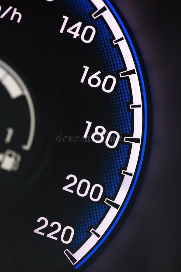 Velocímetro preto do carro no painel de controle foto de stock