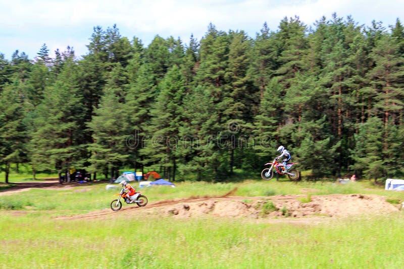 Velocidad de la moto del motocrós del salto del truco del hombre imagen de archivo