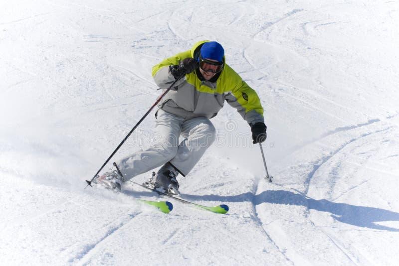 Velocidad del esquiador de los deportes de invierno imágenes de archivo libres de regalías