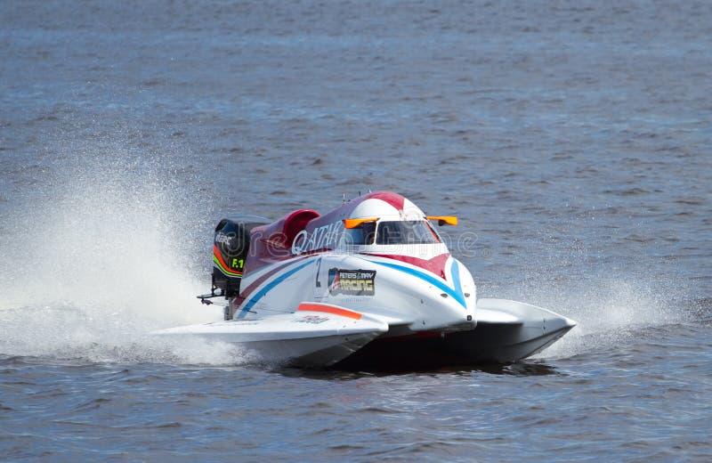 Velocidad rápida de las personas F1 de Qatar del número 2 del Powerboat imagen de archivo libre de regalías