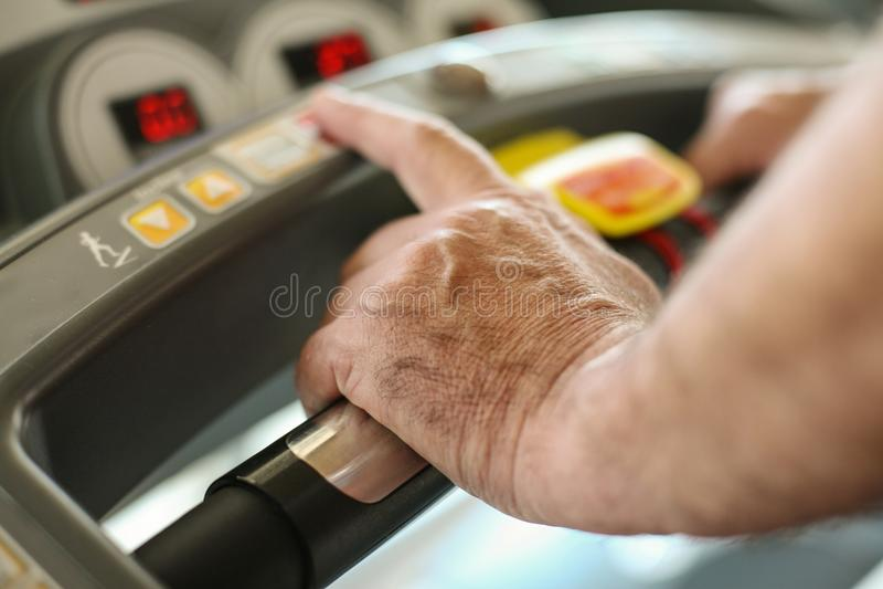 Velocidade de datilografia superior ativa da mulher na máquina do exercício fotos de stock