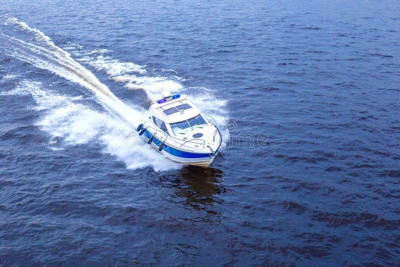 Velocidade do barco de competência através da água fotografia de stock