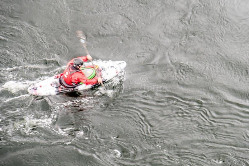 A velocidade do obturador lenta borrada disparou de um motorista da canoa com espaço da cópia fotografia de stock royalty free