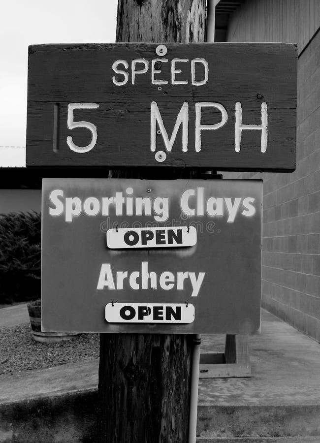 Velocidade 5 MPH, argilas ostentando e tiro ao arco foto de stock royalty free