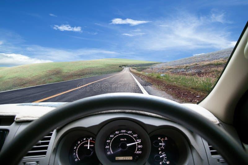 Velocidades do painel do carro quando na estrada Condução de carro rapidamente fotografia de stock royalty free