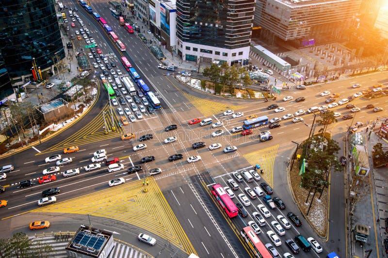 Velocidades do tráfego através de uma interseção em Gangnam Gangnam é um distrito afluente de Seoul coreia fotos de stock