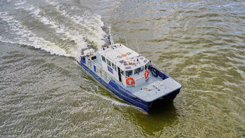 Velocidades mestras do barco de Londres Port Authority Habor abaixo de Thames River foto de stock royalty free