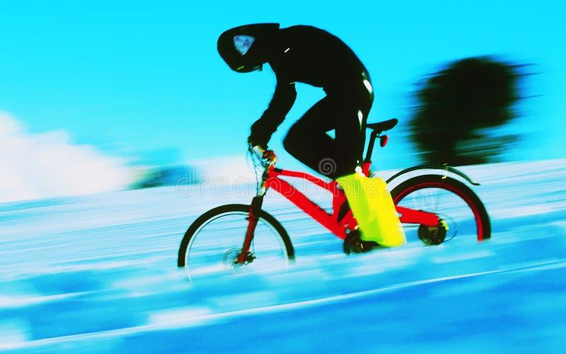 Velocità del ciclista in mountain-bike che cicla sulla sbobba della neve fotografie stock