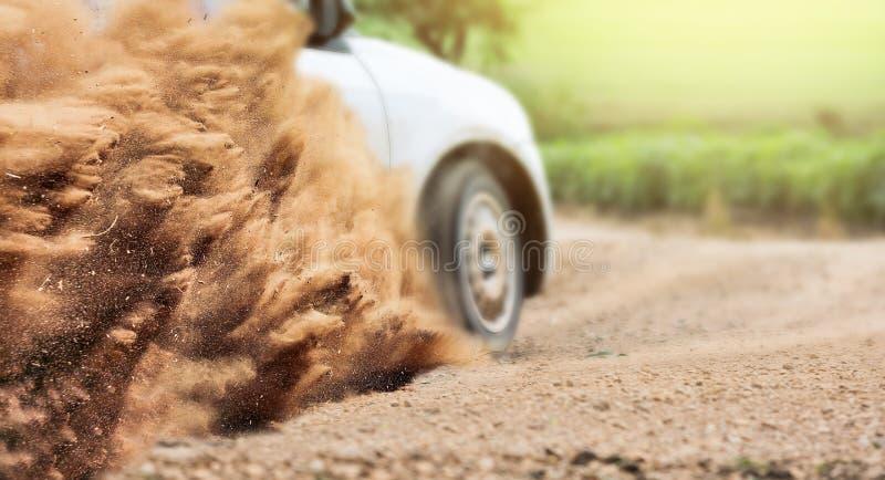 Velocità dell'automobile di raduno nella pista di sporcizia immagine stock libera da diritti