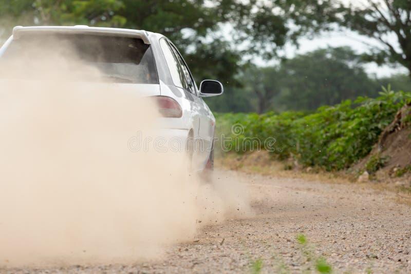 Velocità dell'automobile di raduno in strada non asfaltata fotografie stock libere da diritti