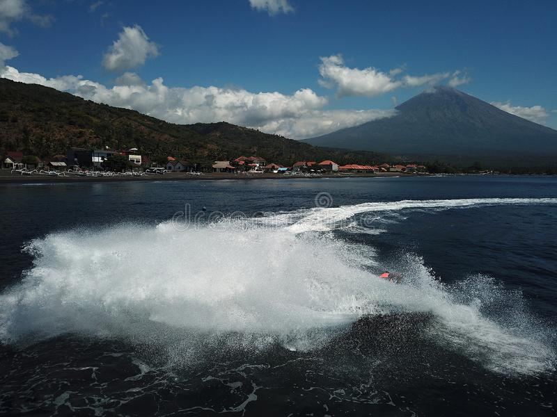 Velocità e potere sopra il mare Jetski potente nell'azione fotografie stock