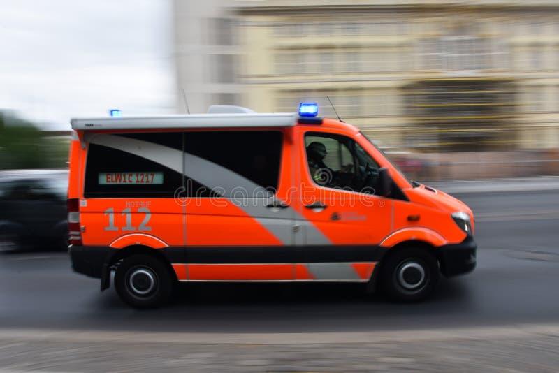 Velocità tedesca dell'ambulanza nella via immagini stock