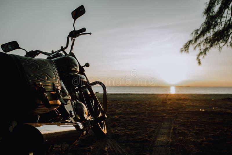 Velomotor estacionado na praia no nascer do sol fotos de stock royalty free