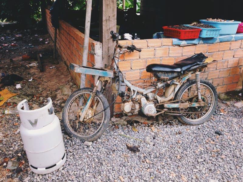 Velomotor handcrafted velho nos subúrbios de Dalat em Vietname sul fotografia de stock