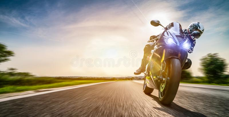 Velomotor na equita??o da estrada tendo o divertimento que monta a estrada vazia em uma excursão/viagem da motocicleta imagens de stock