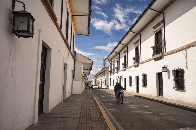 Velomotor que conduz no centro histórico de Popayan imagem de stock