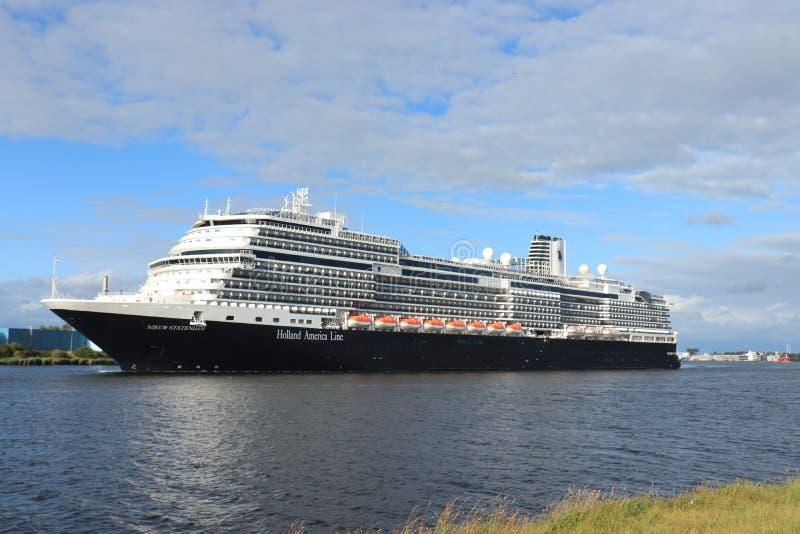 Velsen Nederländerna - Juli 7th 2019: Ms Nieuw Statendam arkivbilder