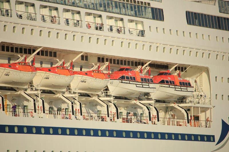 Velsen Nederländerna - Oktober, 15th 2017: Columbus av kryssning & maritima resor, säkerhetsskyttlar arkivbilder