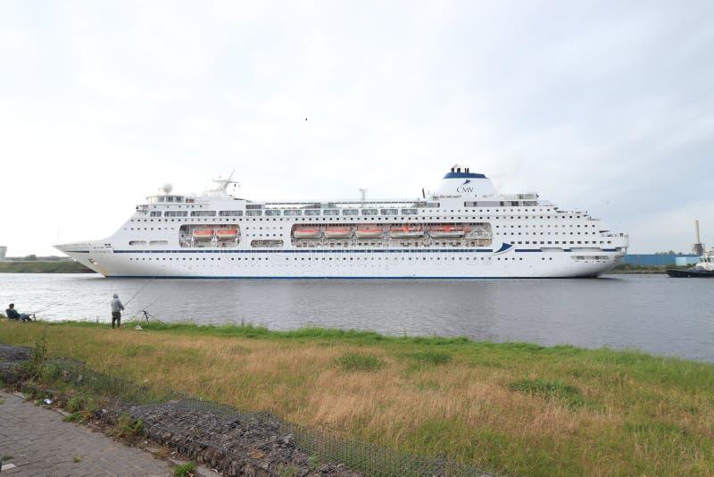 Velsen Nederl?nderna - Maj 30th, 2019: Columbus av kryssning & maritima resor royaltyfri fotografi