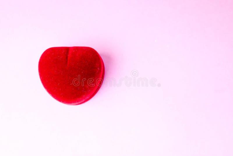 Veludo festivo vermelho bonito da caixa de presente para o anel de noivado Conceito: proposta de união imagem de stock