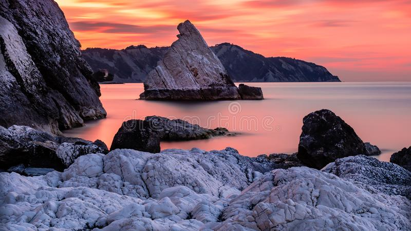 Velumrots bij Portonovo-strand royalty-vrije stock afbeeldingen