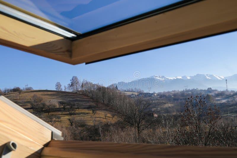 Velux de um alojamento da montanha com uma vista bonita imagem de stock royalty free