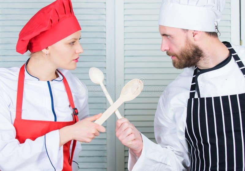Vem lagar mat bättre Ultimat laga mat utmaning Kulinarisk strid av två kockar Par konkurrerar i kulinariska konster Kök arkivfoto