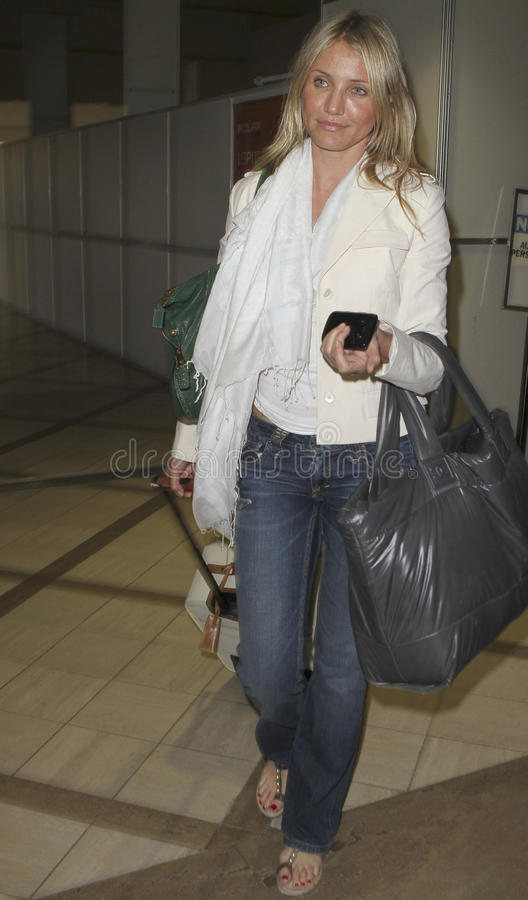 Ven a la actriz Cameron Díaz en LAX fotos de archivo
