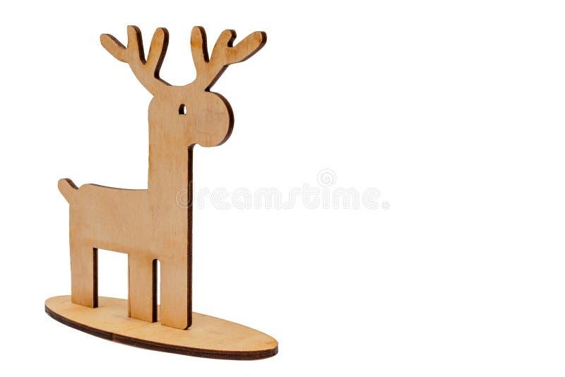 Venado de madera colocado sobre fondo blanco, objetos para Navidad imagen de archivo