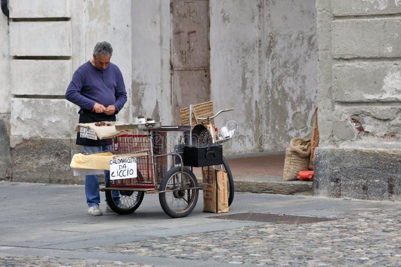 Venaria Real, Włochy - Peddler kasztany zdjęcie stock