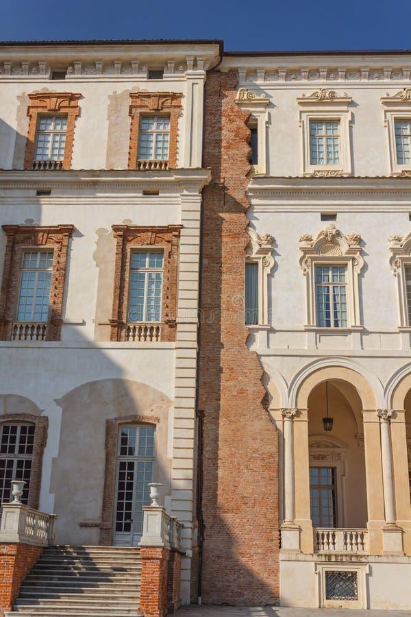 VENARIA REALE, PIEDMONT/ITALY-CIRCA AUGUSTI 2016: Detalj av fasaden av slotten av den Venaria kungliga personen på Augusti 2016,  royaltyfri foto