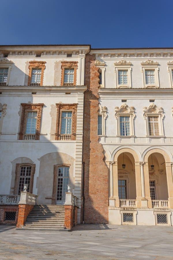 VENARIA REALE, PIEDMONT/ITALY-CIRCA AUGUSTI 2016: Detalj av fasaden av slotten av den Venaria kungliga personen på Augusti 2016,  arkivbilder