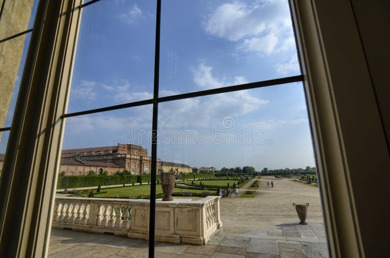 Venaria reale, Piemonte-gebied, Italië Juni 2017 Een blik uit op de majestueuze tuinen van het paleis royalty-vrije stock fotografie