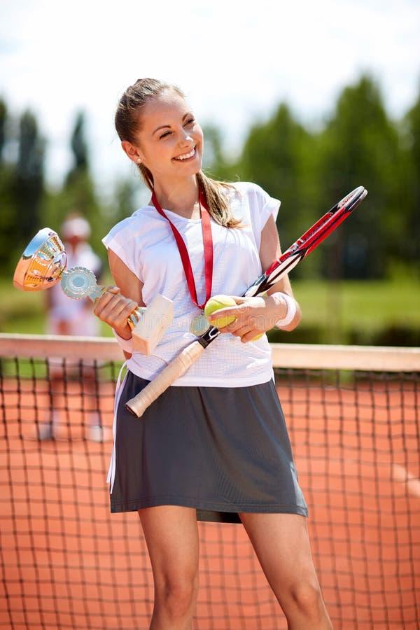 Vencedor do tênis com winner's copo e medalha foto de stock