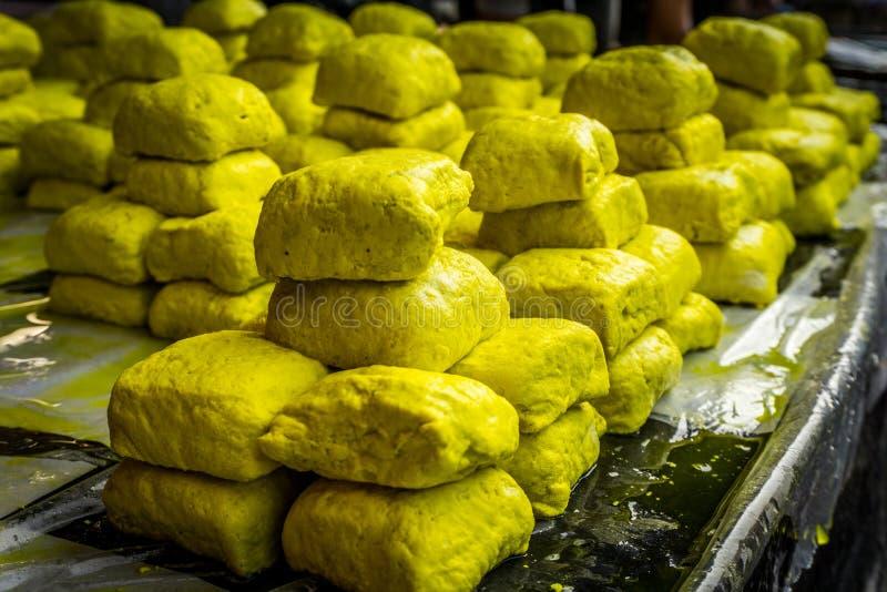 Venda amarela do tofu no mercado local bogor recolhido foto jakarta Indonésia do tradiitonal imagem de stock